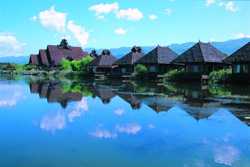 Inle Princess Resort, Zikadentrillern und Badewannen inBootsform