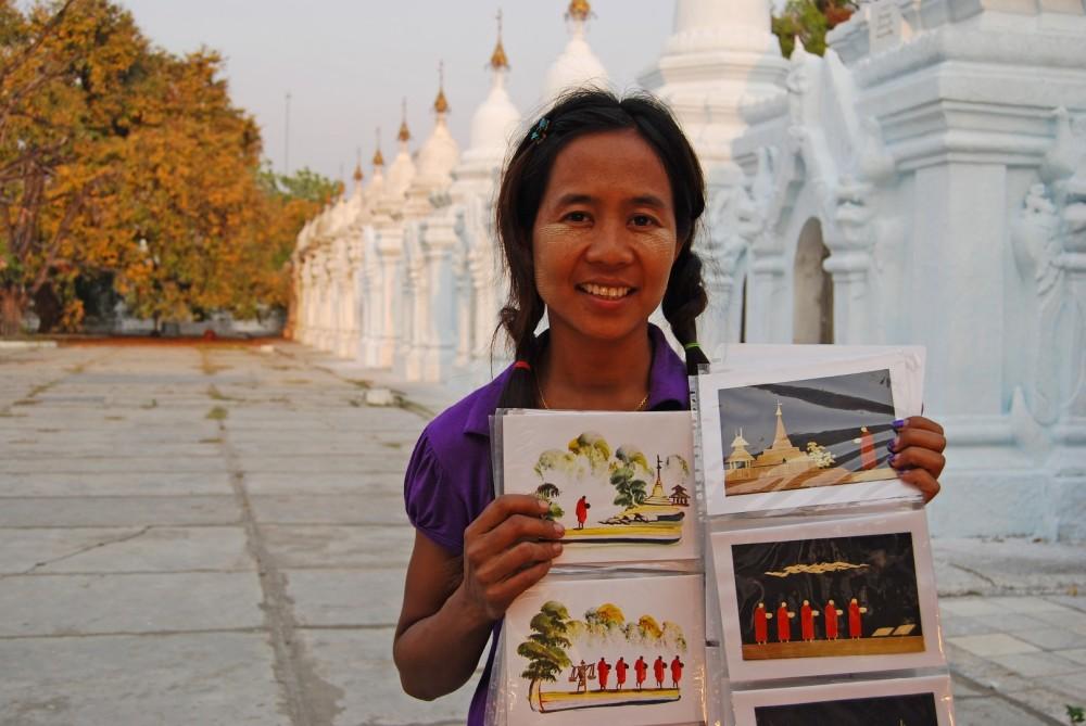 Myanmar_Postkartenverkäuferin