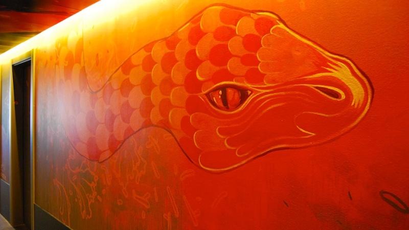 Vincci Bit Hotel, psychedelische Graffitis und windschiefeMülleimer