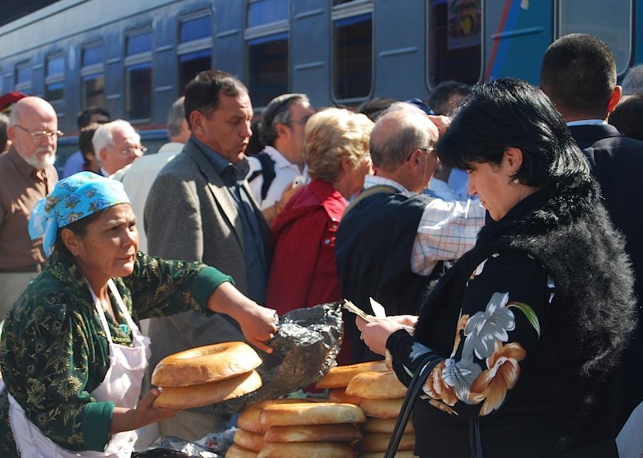 Usbekistan_Markt_Bahnsteig