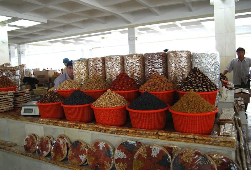 Wie der Markt, so das Land (Teil 1): Usbekistan, bei Stapelkünstlern undSeidenmalern