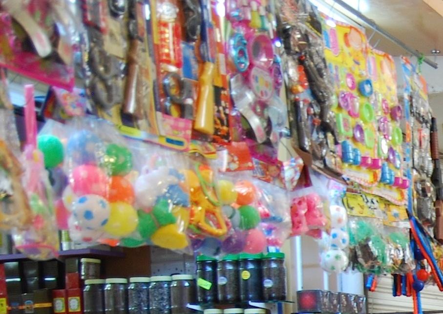 Oman_Muscat_Markt_Plastikspielzeug