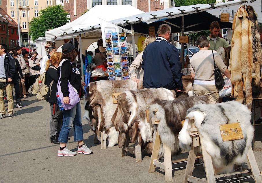 Norwegen_Bergen_Markt_Felle