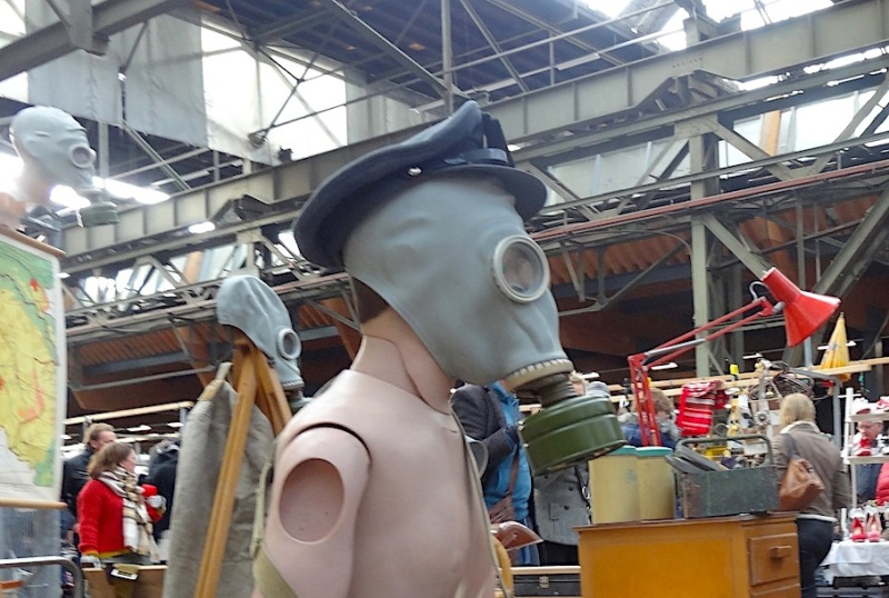 Flohmarkt in Amsterdam: Herzige Plastikponys, Kriegsveteranen mitGasmasken