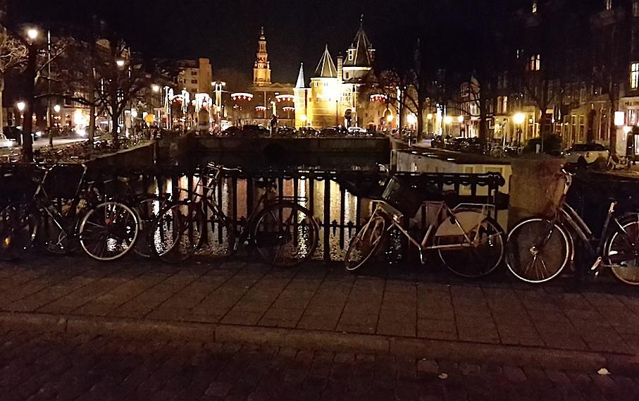 Amsterdam_Gracht_Fahrraeder