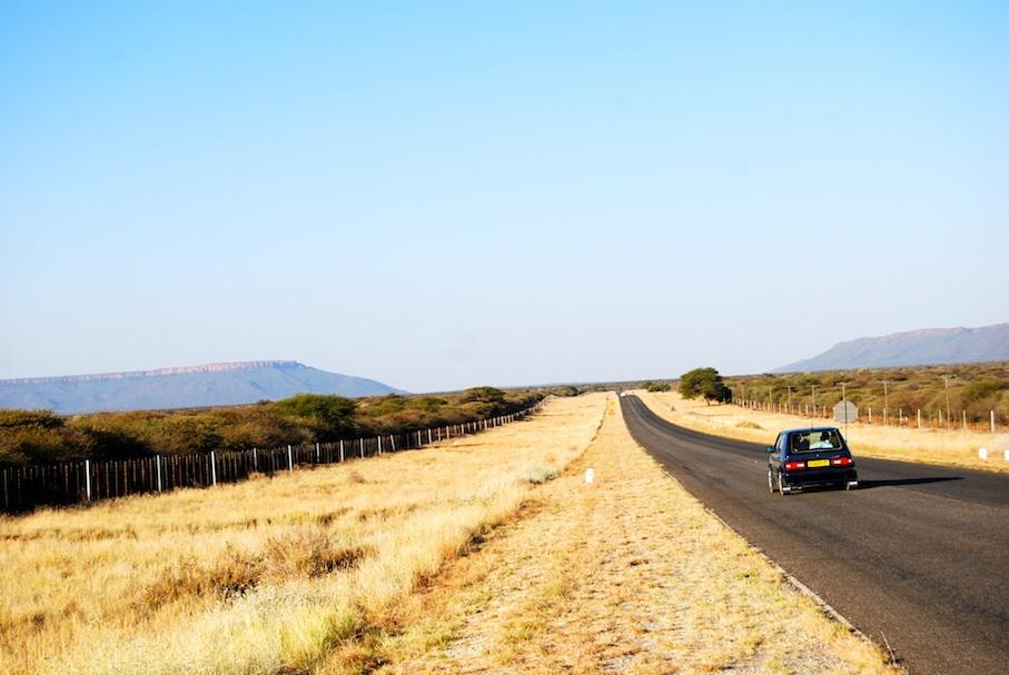 Namibia_Landstrasse_Tafelberge
