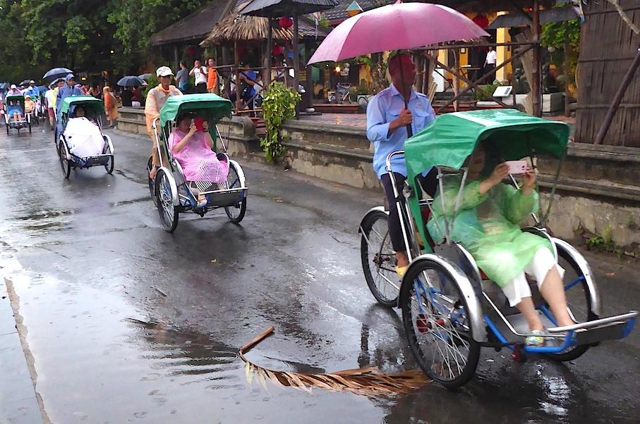 Vietnam_Hoi_An_Rikschakolonnen_Regen