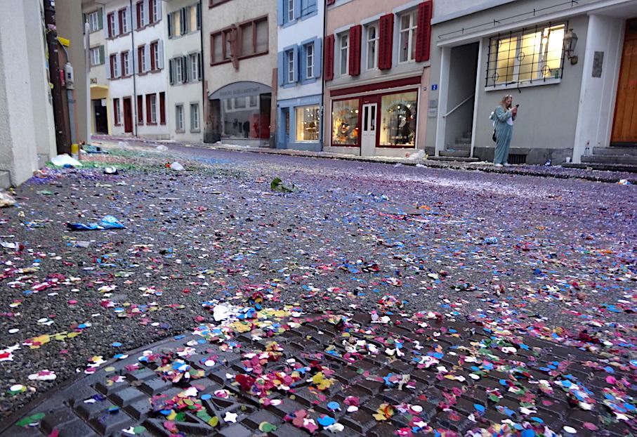 schweiz_fasnacht_liestal_konfetti
