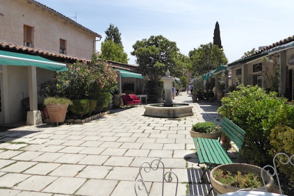 Frankreich_Isle_sur_la-Sorgue_Antiquitaetendorf